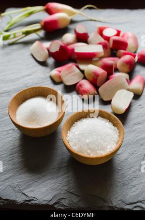 Frische Radieschen mit Salz - Stockfoto
