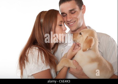 Junges Paar mit Labrador Retriever Welpen - Stockfoto