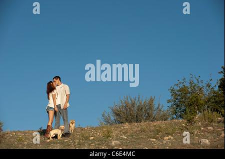 Junges Paar mit Hunden - Stockfoto