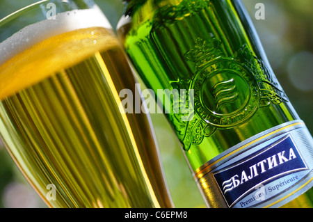 Glas und Flasche russischen Bier / Lager, Baltika - Stockfoto