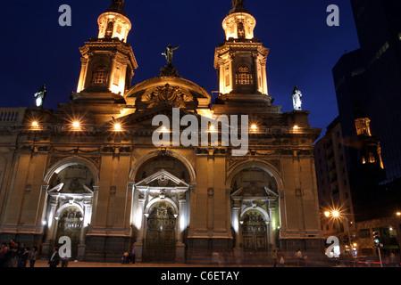Abenddämmerung Ansicht der Catedral Metropolitana in der Plaza de Armas, Santiago, Chile, Südamerika - Stockfoto