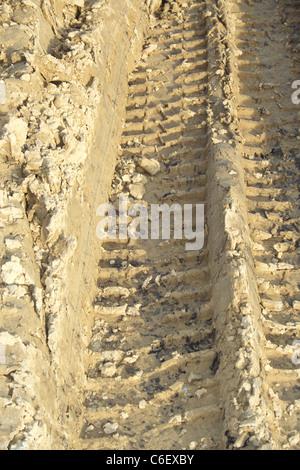 Spuren von Reifen LKW beeindruckt im nassen sand - Stockfoto