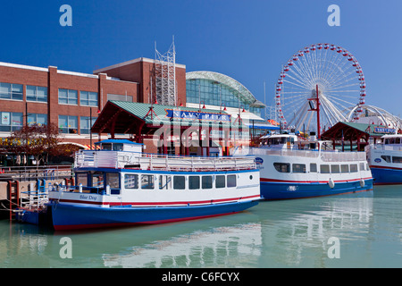 Ausflugsboote am Navy Pier in Chicago, Illinois, USA. - Stockfoto