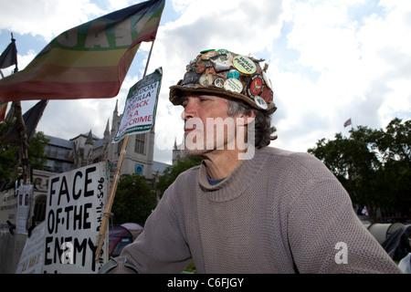 Brian Haw, Anti-Kriegs-Demonstranten in seinem Friedenslager außerhalb Parliament Square. Brian wurde an diesem - Stockfoto