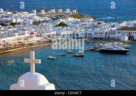 Erhöhten Blick auf den Hafen und die Altstadt, Mykonos (Chora), Kykladen, Griechenland, Europa - Stockfoto