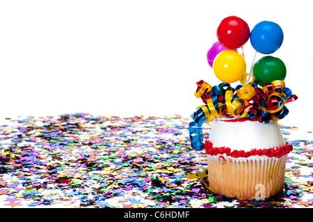 Dekorierte Cupcake und Konfetti auf Party - Stockfoto