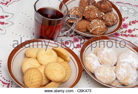 Traditionelle gebackene Süßigkeiten serviert zum Frühstück auf Eid el-Fitr in Ägypten - Stockfoto