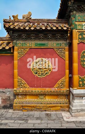 bunte chinesische Mauer Ornament in Beijings verbotene Stadt - Stockfoto