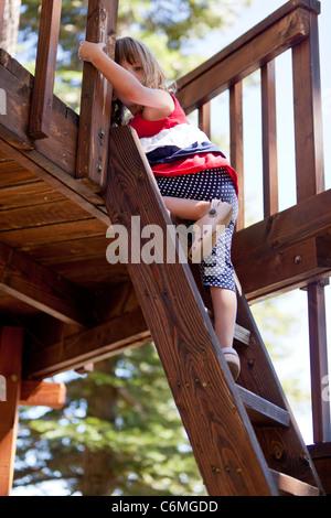 Mädchen, die einen Aufstieg in einem Baumhaus. - Stockfoto
