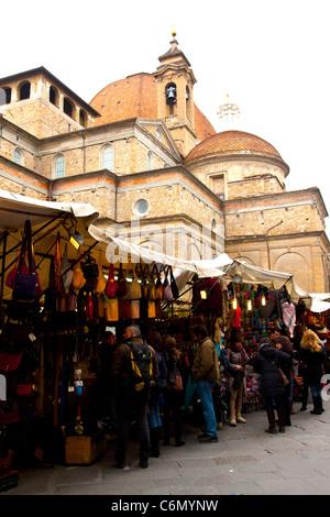 Menschen bei Florenz Leder Markt, Toskana, Italien ...