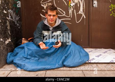 Ein Obdachloser Mann betteln in Norwich, Norfolk, England, Großbritannien, Uk - Stockfoto