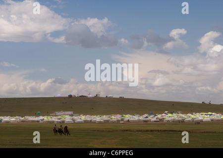 Yert Stadt & 3 Fahrer, Naadam-fest, Khui Doloon Khudag (Pferderennen Boden), Ulaanbaatar, Mongolei. © Kraig Lieb - Stockfoto