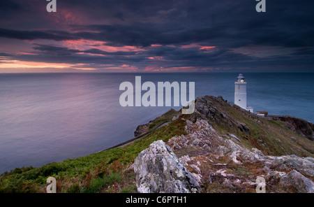 Morgendämmerung bricht über Start Point Lighthouse an der Küste von South Devon - Stockfoto