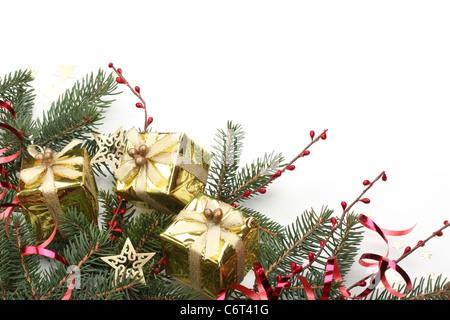 weihnachts geschenk boxen und tanne zweig auf holztisch. Black Bedroom Furniture Sets. Home Design Ideas