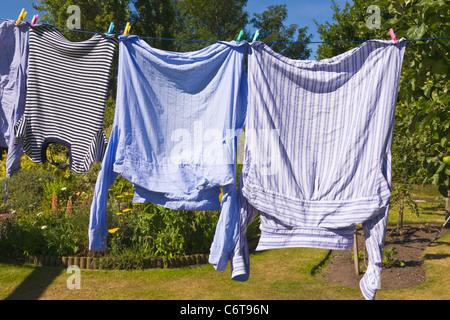 Waschmaschine, Wäscheleine hängen - Stockfoto
