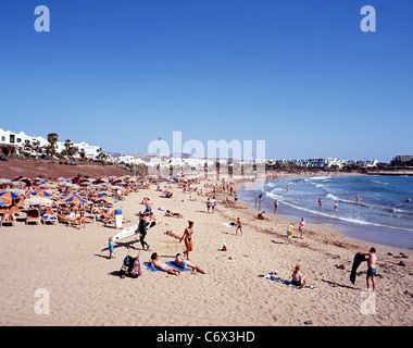 Blick entlang der Strand (Playa de Las Cucharas), Costa Teguise, Lanzarote, Kanarische Inseln, Spanien. - Stockfoto