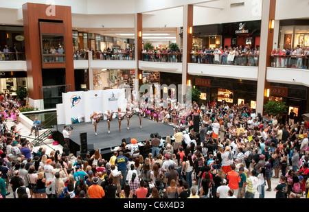 Hunderte von Fans sehen die 2010 Miami Delphine endgültige Cheerleader Auditions in der Aventura Mall in Aventura, - Stockfoto