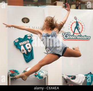 Shannon eine Routine bei den 2010 Miami Delphine endgültige Cheerleader Auditions in der Aventura Mall in Aventura, - Stockfoto