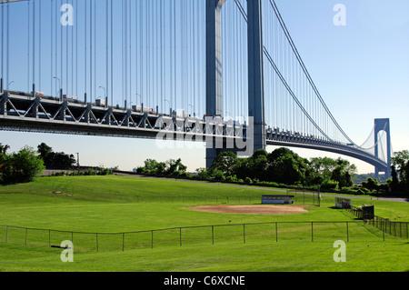 Verrazano Hängebrücke aus dem Staten Island Seite in Fort Wadsworth nach Brooklyn mit Baseball-Feld, NYC, USA - Stockfoto