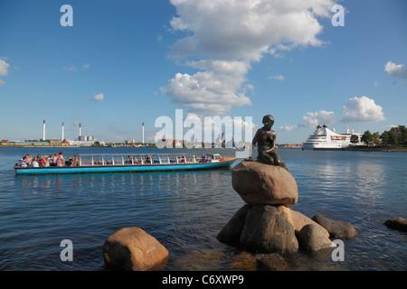 Ein Kanalboot Tour mit Touristen beobachten, die kleine Meerjungfrau und die Kreuzfahrt Schiff Seabourn Pride verlassen - Stockfoto