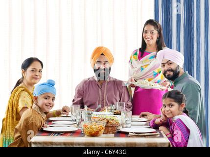 Sikh-Familie zu Mittag am Esstisch