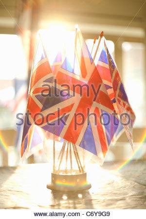 Union Jack-Flaggen in Glas auf Tisch - Stockfoto