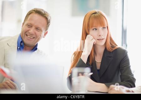 Business-Leute sitzen in treffen - Stockfoto