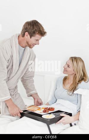 Paar beim Frühstück im Bett - Stockfoto