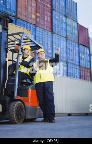 Arbeitnehmer im Frachthafen im Gespräch - Stockfoto