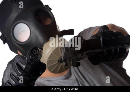 Ein Mann mit einer Gasmaske zwei Kanonen auf den Betrachter gerichtet. Geringe Schärfentiefe. Funktioniert super - Stockfoto