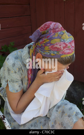 Frau im Freien ihr Gesicht abwischen - Stockfoto