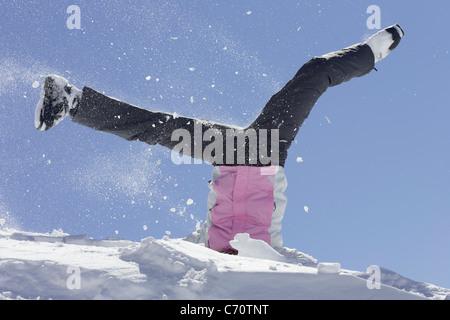 Frau in Skischuhen spielen im Schnee - Stockfoto