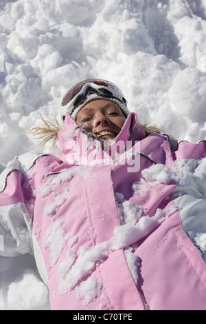 Frau spielt im Schnee - Stockfoto
