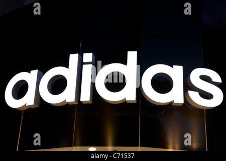 Adidas-Logo auf Vorderseite Shop in London - Stockfoto