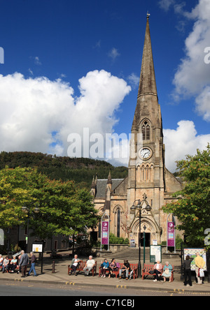 Menschen sitzen vor Callander-Tourist-Information und Rob Roy Zentrum, Stirling, Schottland. - Stockfoto