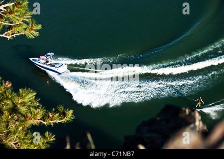 Eine sportliche Wakeboarder schnitzt und Schrägstriche an einem ruhigen Tag in Idaho. Erschossen von oben. - Stockfoto
