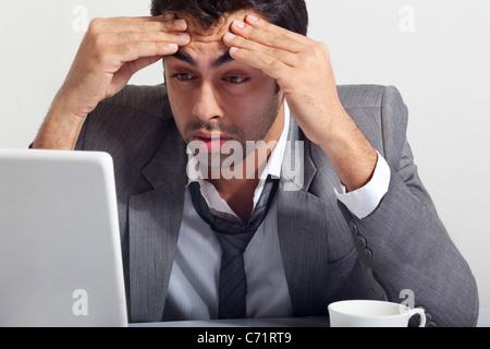 Geschäftsmann, betonte bei der Arbeit - Stockfoto