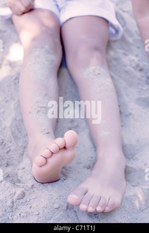 Kleines Mädchen sitzt im Sand, niedrigen Bereich - Stockfoto