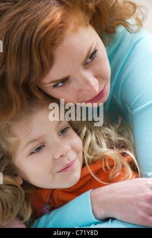Mutter umarmen junge Tochter - Stockfoto