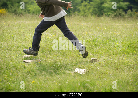 Junge im Feld, niedrige Abschnitt ausgeführt - Stockfoto