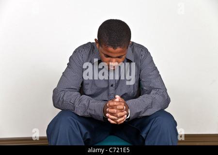 Jugendlich junge meditieren, Kind betende Hände umklammerten gesenktem Kopf multi ethnische Vielfalt ethnisch vielfältigen - Stockfoto