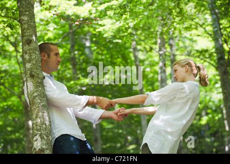 Paar Hand in Hand und lehnt sich zurück - Stockfoto