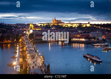 St. Vitus Cathedral, Karlsbrücke und das Budaer Burgviertel beleuchtet in der Nacht, Prag, Tschechische Republik - Stockfoto