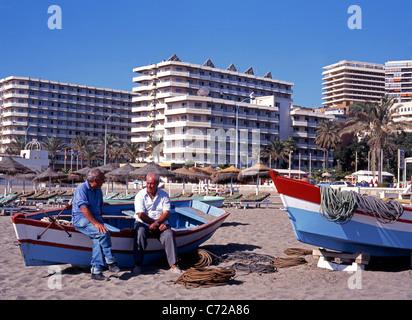 Zwei Fischer sitzt auf Boot, Torremolinos, Costa del Sol, Provinz Malaga, Costa Del Sol, Andalusien, Spanien, Westeuropa. - Stockfoto