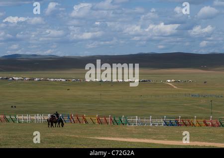 Horse racing Wettbewerb, NAADAM Festival, Khui Doloon Khudag (Pferderennen), (außerhalb) Ulaanbaatar, Mongolei. - Stockfoto