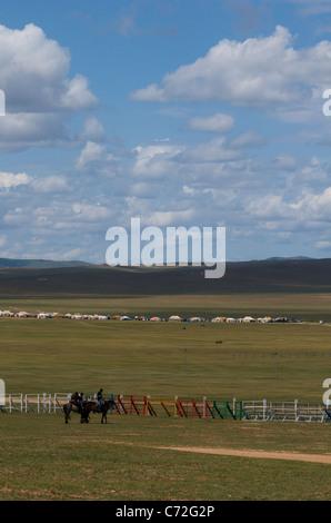 Pferderennen-Wettbewerb, Naadam-fest, Khui Doloon Khudag (Pferderennen Boden), (außen) Ulaanbaatar, Mongolei. - Stockfoto