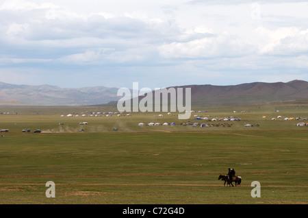 Yerts & Reiter Pferd Renneinsatz Naadam Festival Khui Doloon Khudag (Pferd Rennen Boden) (außen) Ulaanbaatar, Mongolei - Stockfoto
