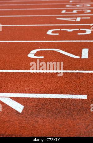 Nahaufnahme der Bahnen auf einer Outdoor-Leichtathletikbahn - Stockfoto