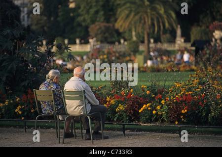 Älteres Ehepaar Blick auf die Blumen im größten öffentlichen Park Jardin du Luxembourg in Paris 6e Arrondissement - Stockfoto