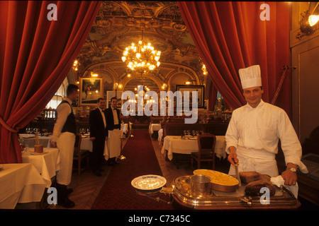 Koch und Kellner im Restaurant Le Train Bleu, für die Weltausstellung 1900, 12 gebaut. Arrondissement, Paris, Frankreich, - Stockfoto